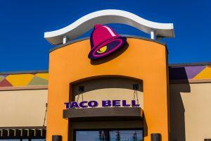 Insolite une nuit dans la salle de restaurant d'un fast-food