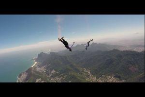 Red Bull  Les Soul Flyers font un vol en wingsuit freestyle
