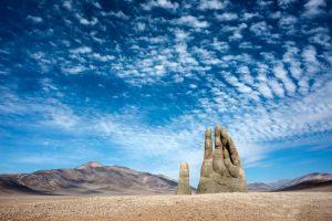 La Mano del desierto è una scultura che emerge nel deserto di Atacama in Cile dal 1992