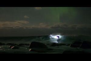 Un surfeur survole les aurores boréales en Norvège