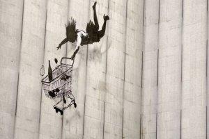 Il graffiti artist banksy presenta il suo nuovo provocatorio progetto un albergo in cisgiordania con vista sul muro