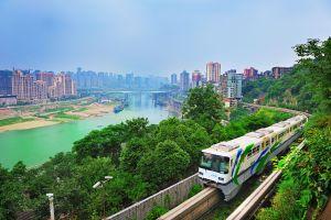 Il treno incredibile in Cina che passa attraverso gli appartamenti e gli edifici della città di Chongquing