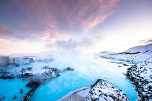 un hotel de lujo enfrente de la famosa laguna azul de islandia