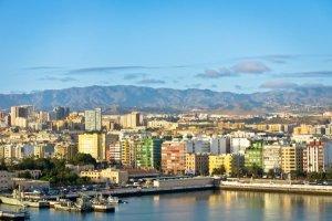 Las Palmas : un ferry s'effondre violemment contre une digue