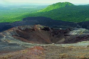 desciende las pendientes de este volcan en nicaragua con una tabla de surf