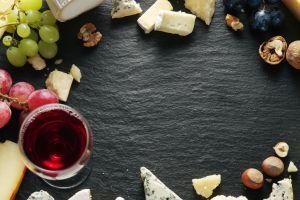 nouveau plateau de la compagnie air austral avec fromage et vin