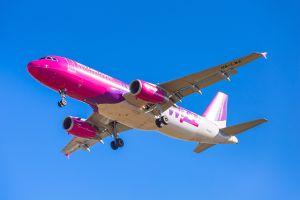 wizz air cambia la politica del bagaglio a mano in cabina che diventa più grande