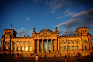 turisti cinesi fanno saluto nazista davanti al parlamento tedesco a berlino