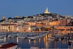 Un dîner en haut d'une nacelle à Marseille