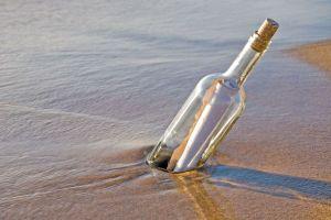 En Normandía encuentran una botella que llevaba navegando por el mar... ¡más de dos años!