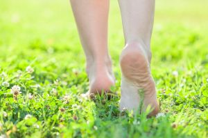 walking barefoot can help with jetlag
