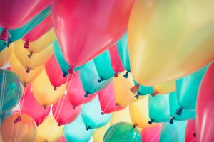 Comme dans le film Là-Haut , un Britannique s'envole suspendu à des ballons d'hélium