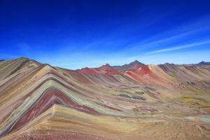 Une montagne aux couleurs de l'arc-en-ciel au Pérou