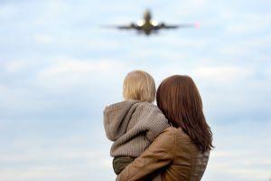 Elle achète un billet d'avion en vendant son bébé