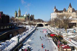 Au Canada, les routes se transforment en patinoires