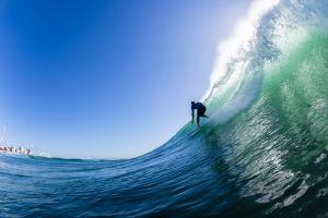 Ce surfeur bat le record du monde de la plus grande vague surfée