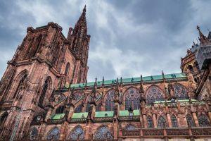Strasbourg: un squelette de mammouth sur la place de la Cathédrale
