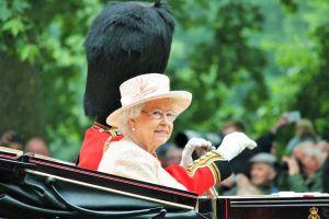 La reine d'Angleterre ne possède pas de passeport