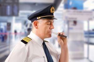 Chine : Deux pilotes virés pour l'utilisation d'une cigarette électronique
