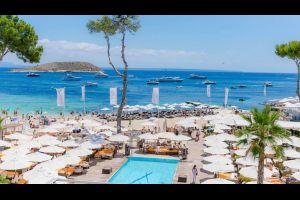 Cocktail in der Hand, Füße im Sand in dieser Strandbar auf  Mallorca