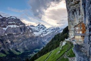 svizzera chiude baita incastrata roccia