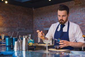 Voyager et boire du gin : meilleur travail du monde ?