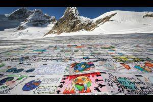 La plus grande carte postale du monde, sur un glacier, entre au Guiness !