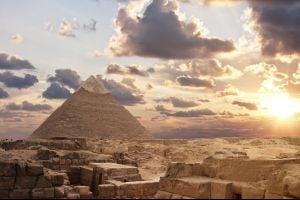 L'Egypte ouvre une enquête suite à la photo d'un couple nu au sommet de la Pyramide de Gizeh