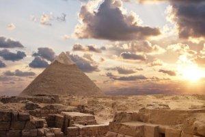 L'Egitto apre un'inchiesta per la foto di una coppia nuda sulla cima della Piramide di Giza