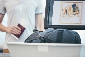 Une femme interpellée dans un aéroport avec un bébé dans son sac