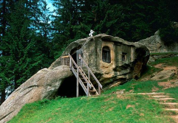 Creus es dans la roche cach es sous terre sur pilotis for Maison container sous terre