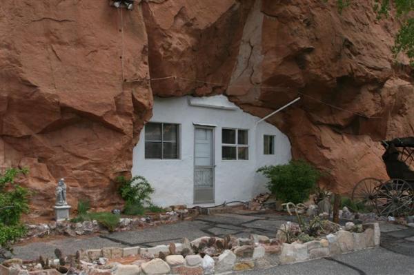 Creus es dans la roche cach es sous terre sur pilotis for Plus d eau dans la maison