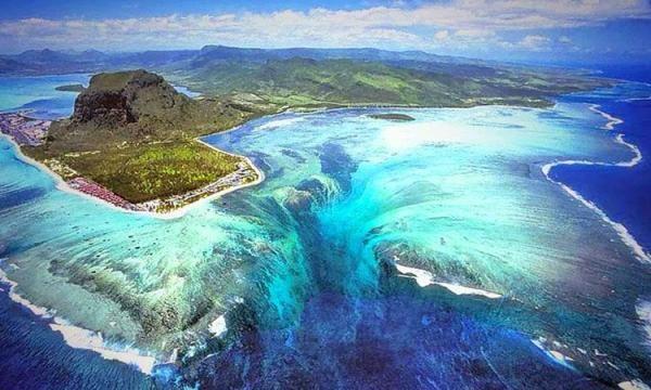 Wasserfall im Meer