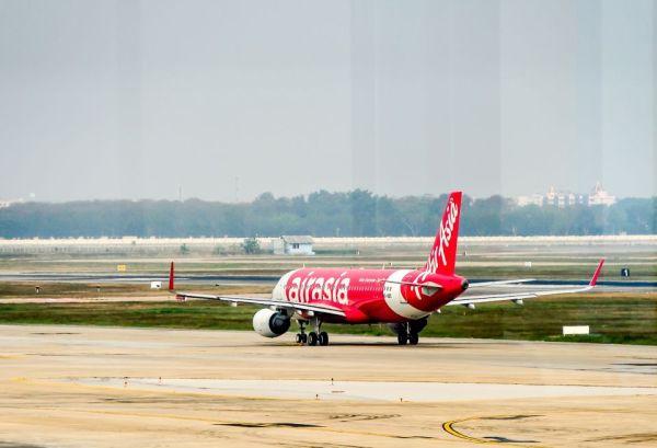 ¿Un avión de Air Asia fuertemente golpeado por un pájaro?