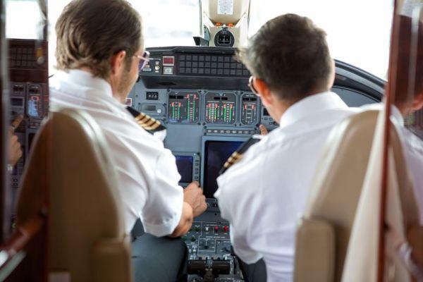 El personal de American Airlines presenta una demanda contra los uniformes de la compañía