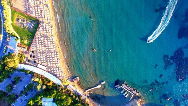 A Athènes, les plages sont fermées pour cause de marée noire