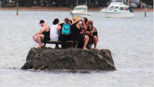 Ils construisent une île pour consommer de l'alcool