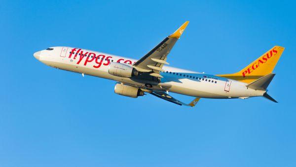 Accident spectaculaire : un avion loupe son atterrissage et fait une sortie de piste