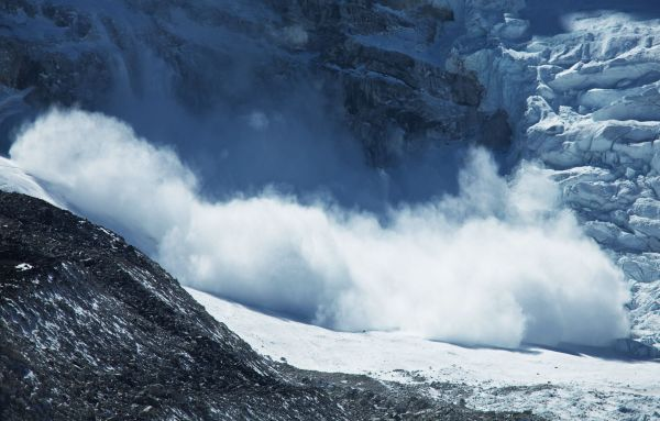 VIDEO: un snowboarder déclenche une avalanche avant d'y échapper de justesse
