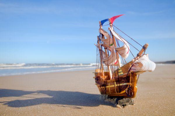 Zwei Brüder schickten ihres  Spielzeugschiff auf eine große Weltreise