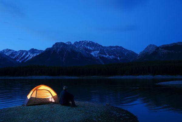 Schwimmende Zelte ermöglichen es Ihnen, auf dem Wasser zu schlafen