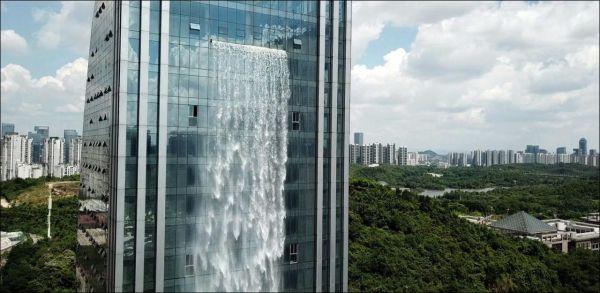 Der größte Wolkenkratzer-Wasserfall der Welt  sorgt für die Abkühlung in Guiyang