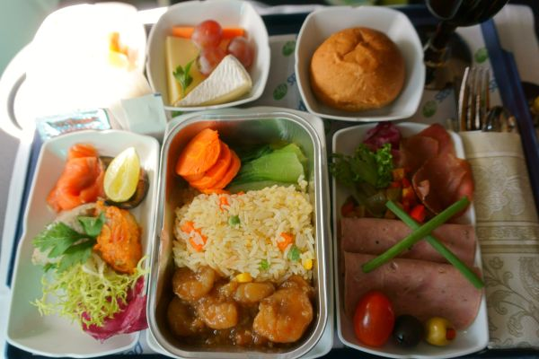 Tomatensaft und salziges Gebäck - Warum spielt unser Geschmack im Flugzeug so verrückt?