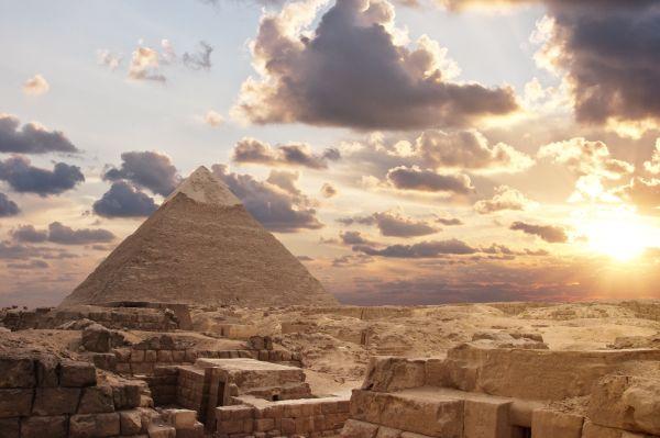 egitto apre inchiesta foto di una coppia nuda sulla cima della piramide di giza