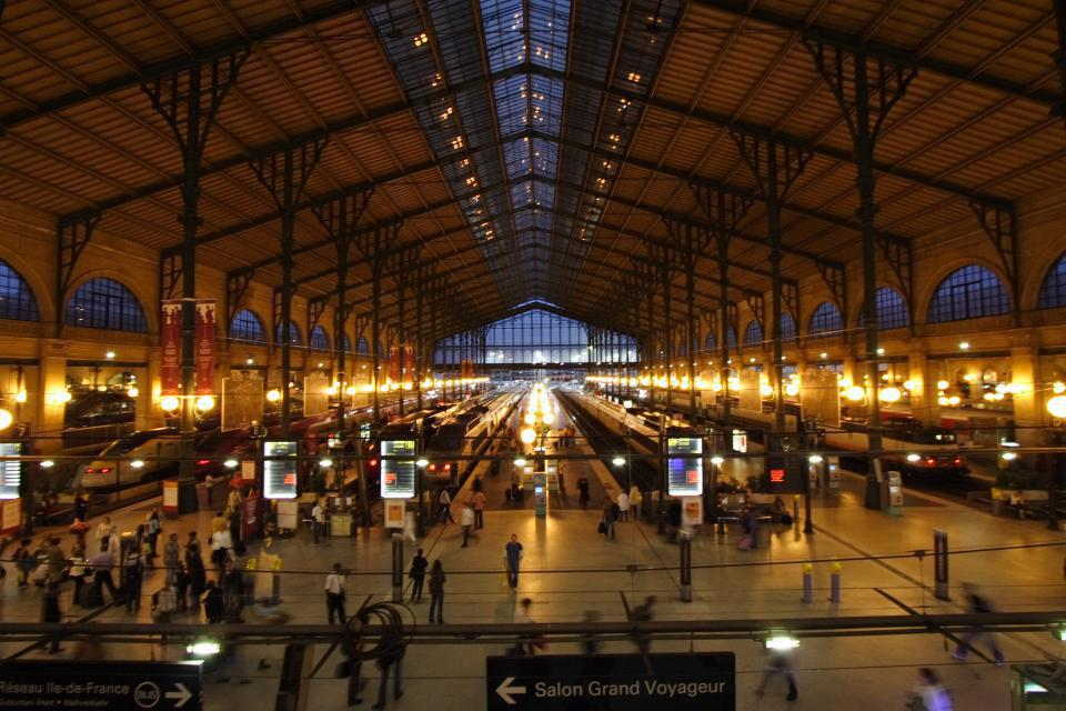 one night only paris train station becomes a club easyvoyage. Black Bedroom Furniture Sets. Home Design Ideas