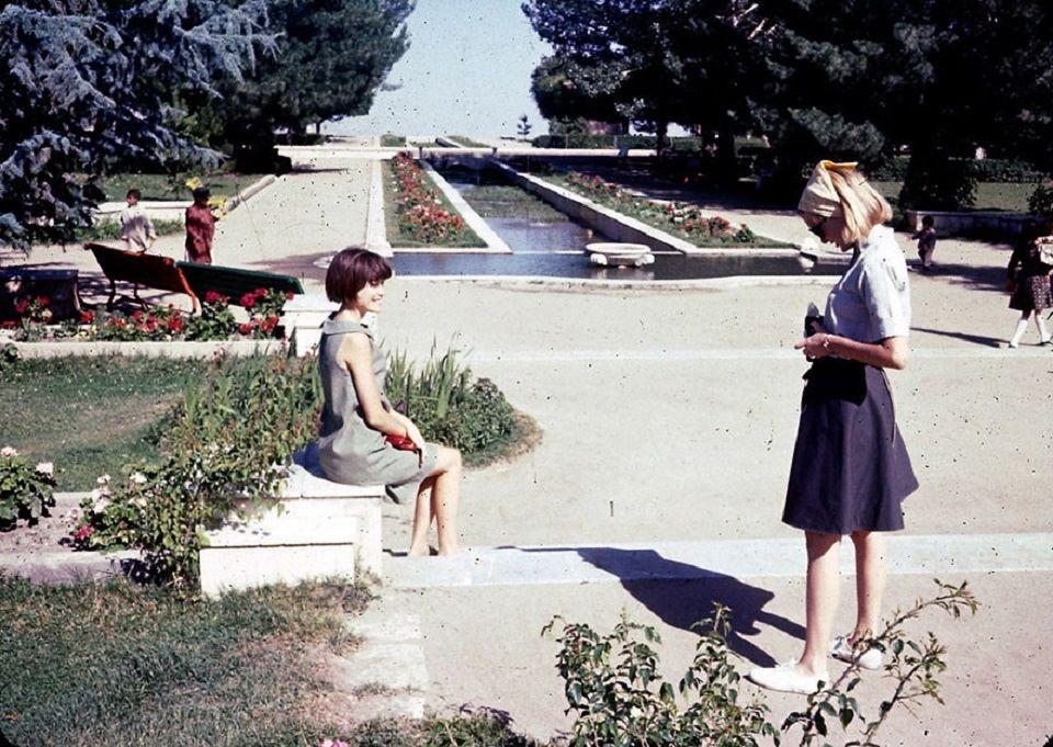 Junge Fotografin in den Paghman-Gärten