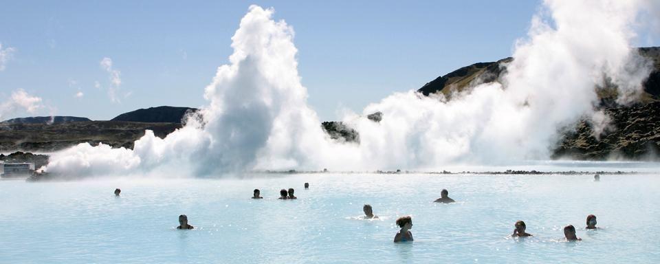 Los jacuzzis balnearios y aguas termales m s hermosos y for Piscinas naturales islandia