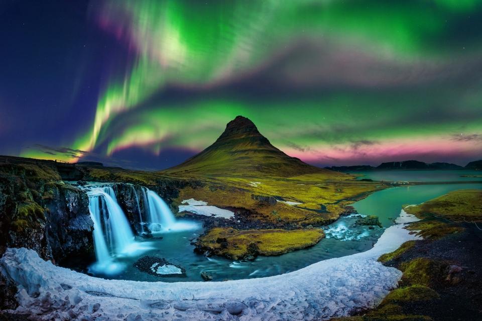 Sous les aurores boréales en Islande