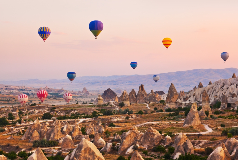 En montgolfière sur les paysages de la Cappadoce