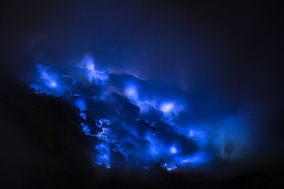 Volcán de lava azul de Indonesia